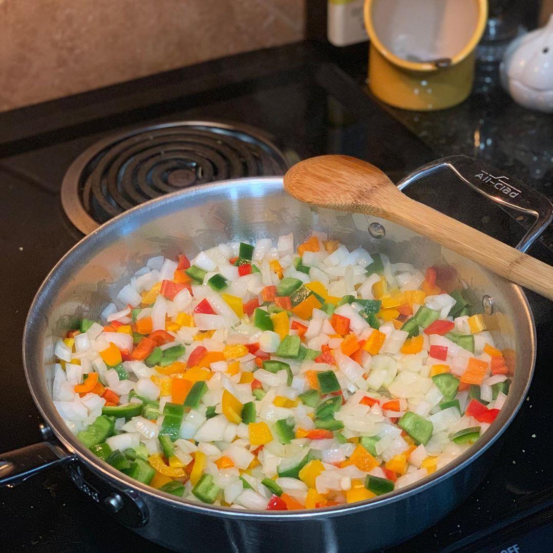 装满食材的平底锅 - 烹饪错误